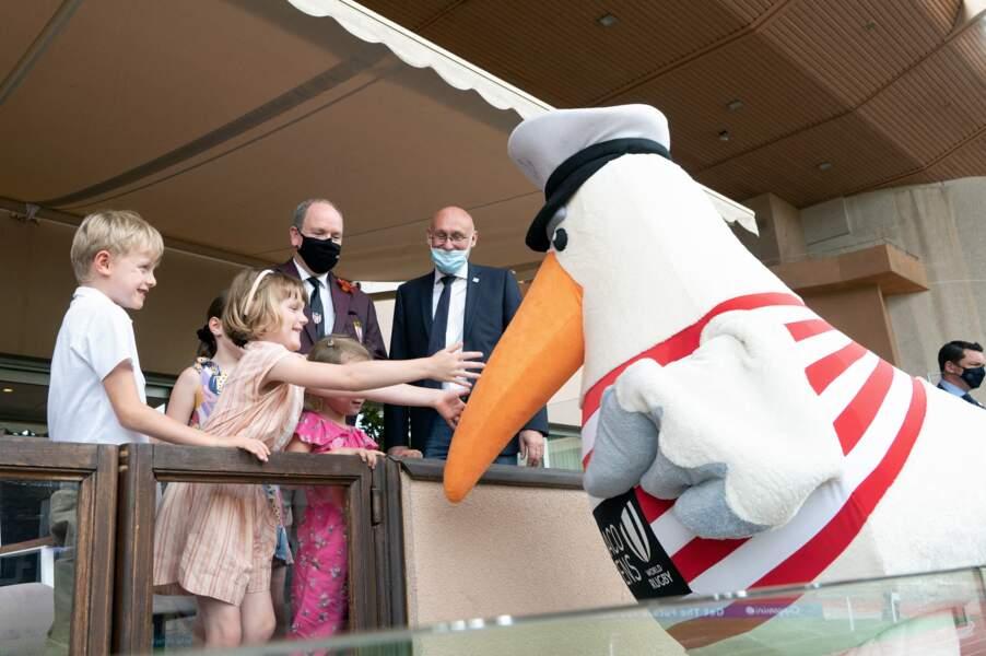 Les jumeaux Gabriella et Jacques de Monaco posent avec la mascotte du World Rugby Sevens Repechage, au stade Louis-II de Monaco ce dimanche 20 juin.