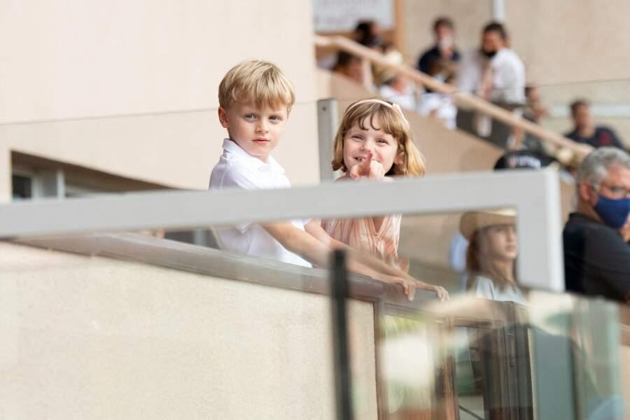 Les jumeaux Gabriella et Jacques de Monaco ont fait sensation dans leurs tenues vestimentaires aux teintes claires lors du World Rugby Sevens Repechage, au stade Louis-II de Monaco ce dimanche 20 juin.