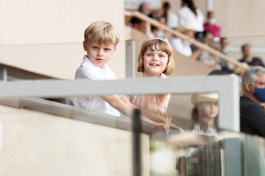 Tout sourire, les jumeaux Gabriella et Jacques de Monaco ont profité de la compétition du World Rugby Sevens Repechage, depuis les gradins du stade Louis-II de Monaco ce dimanche 20 juin.