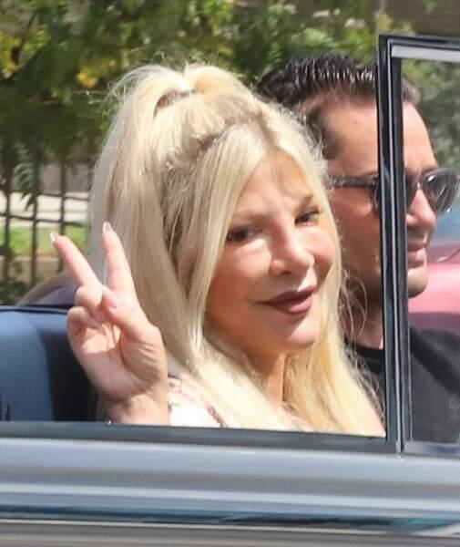 """Les différentes opérations subies par Tori Spelling ont rendu son visage méconnaissable, comme on a pu le voir lors de sa participation au rallye """"Concours d'élégance"""", à Beverly Hills, ce 20 juin 2021."""
