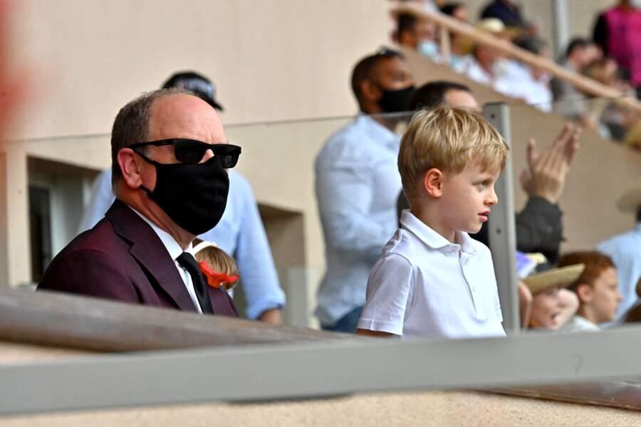 Le prince Albert II de Monaco et son fil Jacques sont absorbés par la compétition lors du World Rugby Sevens Repechage, au stade Louis-II de Monaco ce dimanche 20 juin.