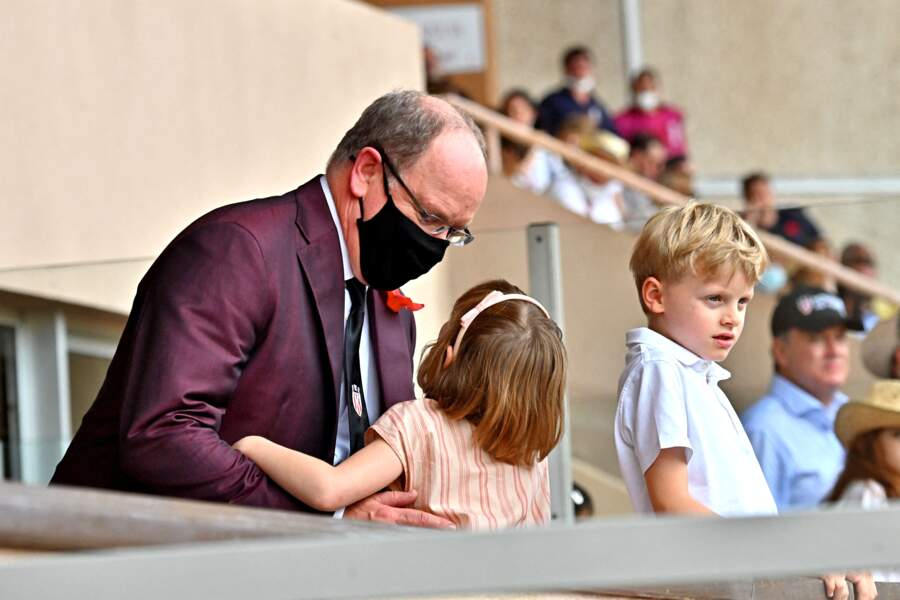 Lors du World Rugby Sevens Repechage, au stade Louis-II de Monaco, ce dimanche 20 juin, le prince Albert II partage un moment de complicité avec ses jumeaux Gabriella et Jacques.