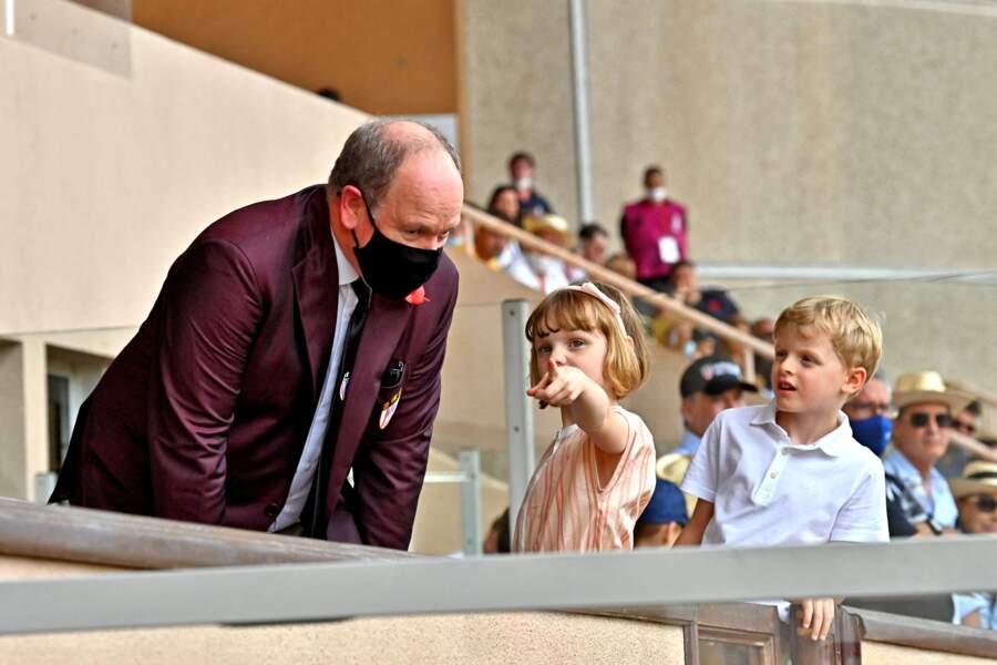 Les jumeaux Gabriella et Jacques de Monaco assistent au World Rugby Sevens Repechage, au stade Louis-II de Monaco ce dimanche 20 juin, en compagnie de leur père le prince Albert II.