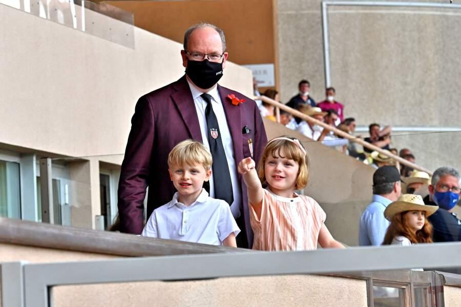 Devant les photographes, les jumeaux Gabriella et Jacques de Monaco prennent la pose aux côté de leur père Albert II pendant le World Rugby Sevens Repechage, au stade Louis-II de Monaco ce dimanche 20 juin.