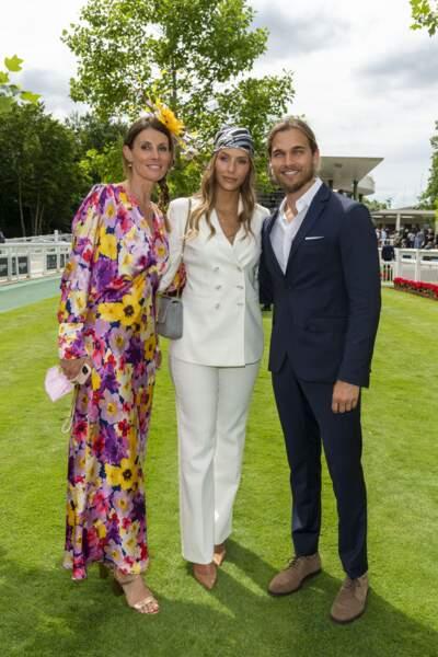 Sophie Thalmann, Camille Cerf et son compagnon Théo Fleury ont posé ensemble lors du Prix de Diane
