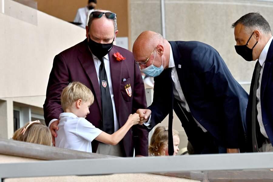 Bernard Laporte serrant la main du prince Jacques de Monaco dans les gradins du stade Louis-II de Monaco, à l'occasion du World Rugby Sevens Repechage, au stade Louis-II de Monaco ce dimanche 20 juin.
