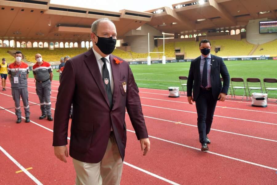 Avant de retrouver les jumeaux Gabriella et Jacques de Monaco dans les gradins, le prince Albert II salue les organisateurs du World Rugby Sevens Repechage, au stade Louis-II de Monaco ce dimanche 20 juin.