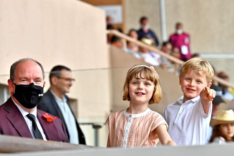 Les jumeaux Gabriella et Jacques de Monaco et leur père Albert II captivés par le Rugby Sevens Repechage, au stade Louis-II de Monaco ce dimanche 20 juin.