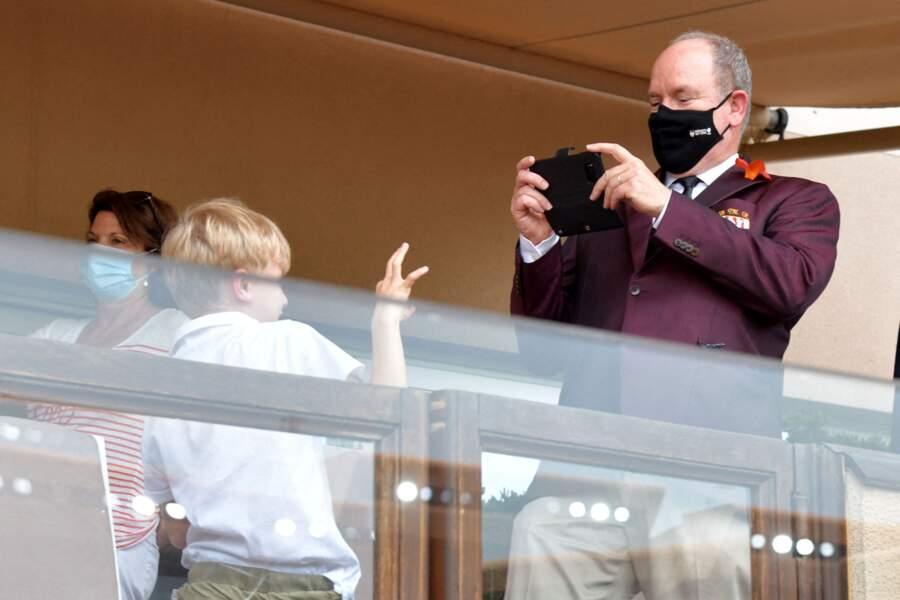 Le prince Albert II immortalise ce moment de complicité avec son fils Jacques lors du World Rugby Sevens Repechage, au stade Louis-II de Monaco ce dimanche 20 juin.