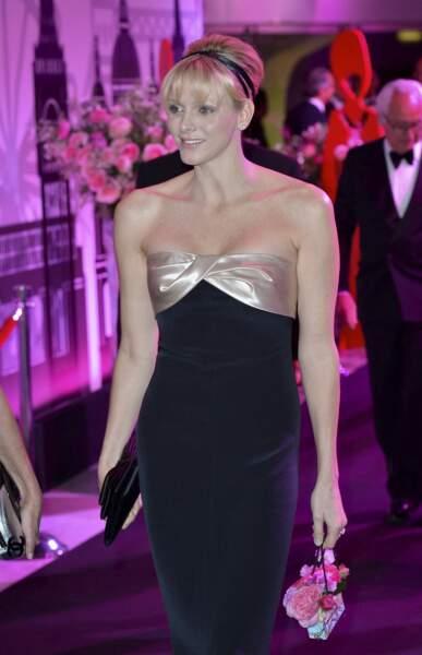 24 mars 2012 : Charlene de Monaco en robe bustier noir et doré au Bal de la Rose
