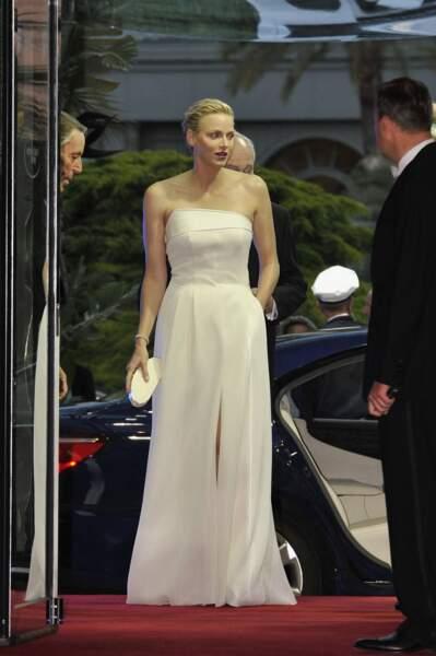 26 mai 2013 : Charlene en robe bustier blanche pour la soirée de gala du Grand Prix de Monaco