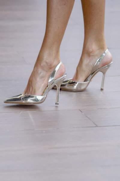 Letizia d'Espagne s'est offert une nouvelle paire d'escarpins argentés, le modèle Claudia de Magrit (290 €).