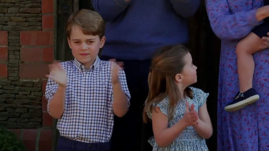 Le prince George et la princesse Charlotte devant leur maison