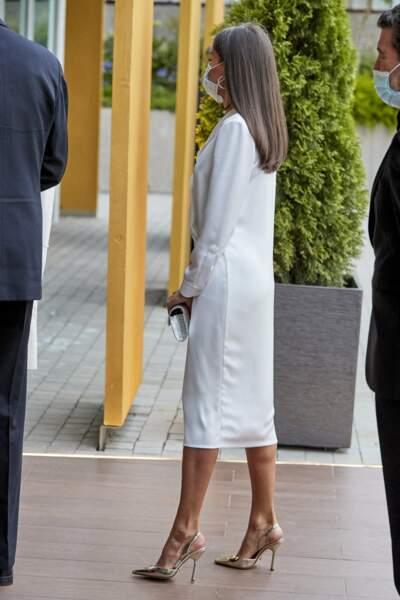 La reine Letizia d'Espagne, toujours très chic en robe blanche estivale, escarpins à talons et pochettes argentés.