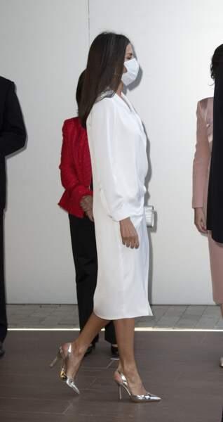 La reine Letizia d'Espagne, toujours très chic en robe blanche estivale.