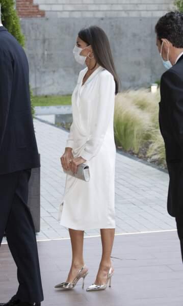 Letizia d'Espagne élégante en robe blanche fluide et fendue.