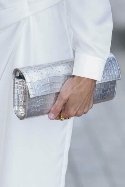 Letizia d'Espagne assortit sa pochette argentée à ses escarpins.