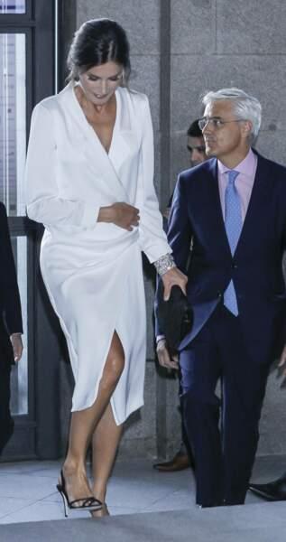 Letizia d'Espagne portait alors sa robe de façon plus décolletée.