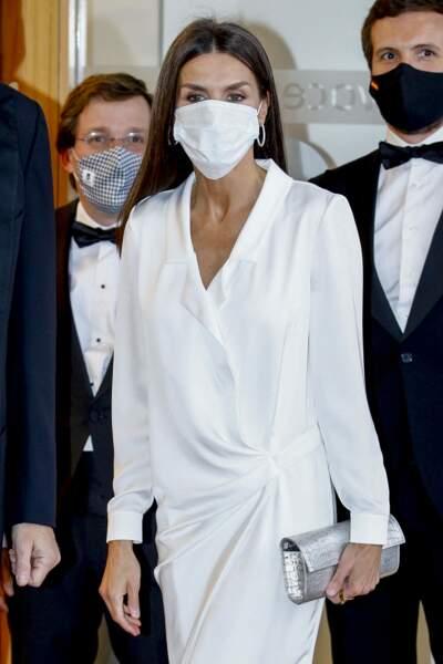 Letizia d'Espagne porte une robe chemise longue blanche signée de la marque Lola Li