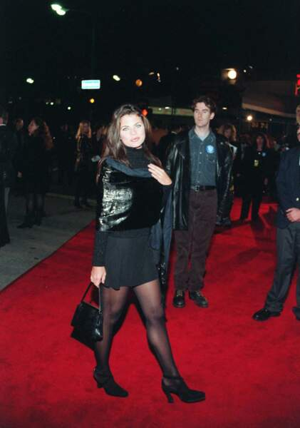 """Yasmine Bleeth à la première du film """"Interview with the vampire"""" à Paris, le 10 novembre 1994"""
