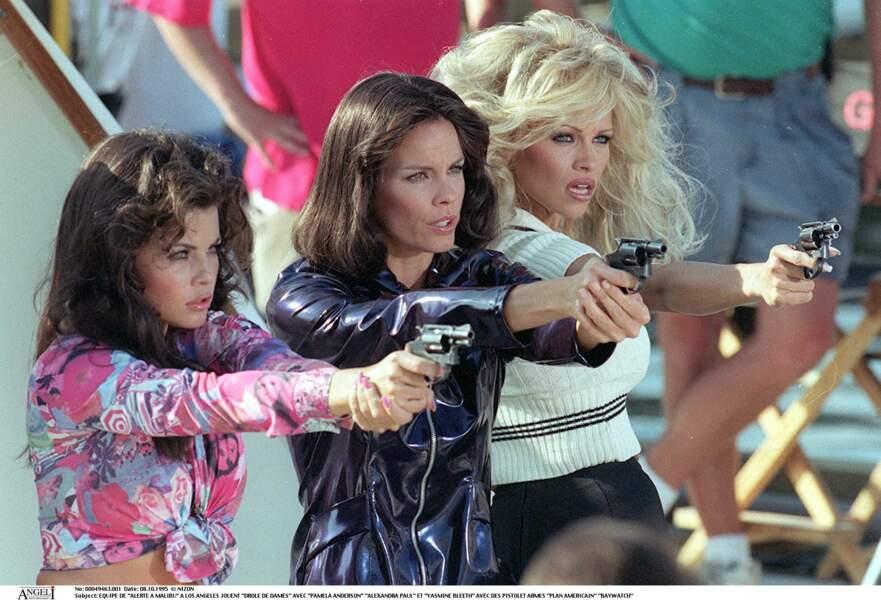 Yasmine Bleeth, Alexandra Paul et Pamela Anderson jouent les drôles de dames sur le plateau d'Alerte à Malibu, le 8 octobre 1995.