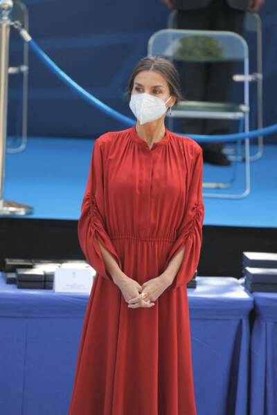 Letizia d'Espagne laisse ses mèches blanches visibles dans son chignon chic, le 24 juin 2021.