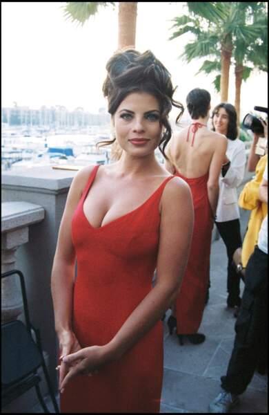"""Yasmine Bleeth assiste à la projection du centième épisode de la série """"Alerte à Malibu"""", à Los Angeles, le 24 octobre 1994"""