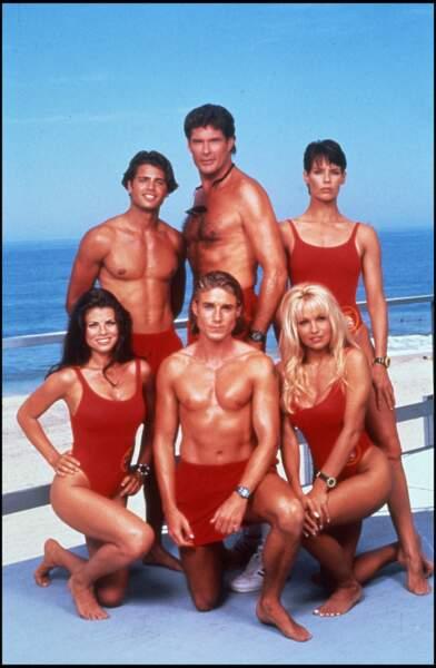 """Aux côtés de ses partenaires, Yasmine Bleeth pose sur le tournage de la série """"Alerte à Malibu"""" en 1995"""