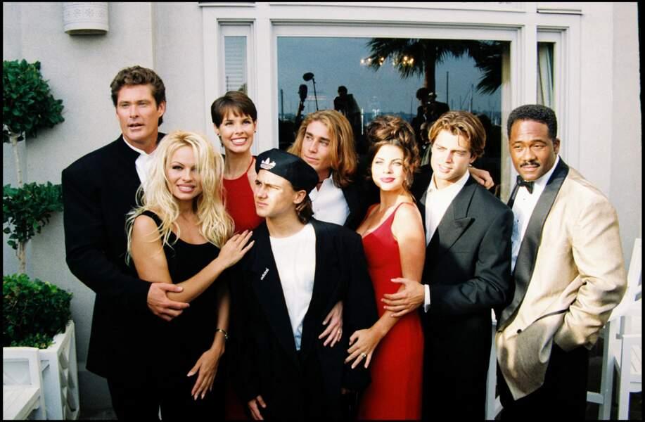"""Yasmine Bleeth entourée de toute l'équipe de la série """"Alerte à Malibu"""", à Los Angeles, le 24 octobre 1994"""