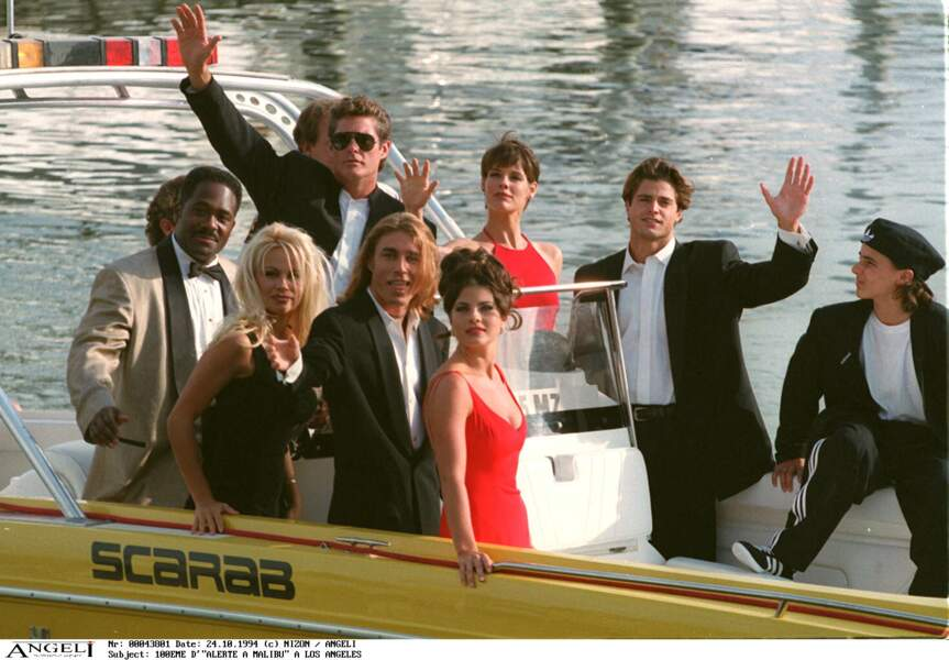 Aux côtés de DAvid Hasselhoff, Pamela Anderson et David Charvet, Yasmine Bleeth célèbrent le centième épisode d'Alerte à Malibu, à Los Angeles, le 24 octobre 1994