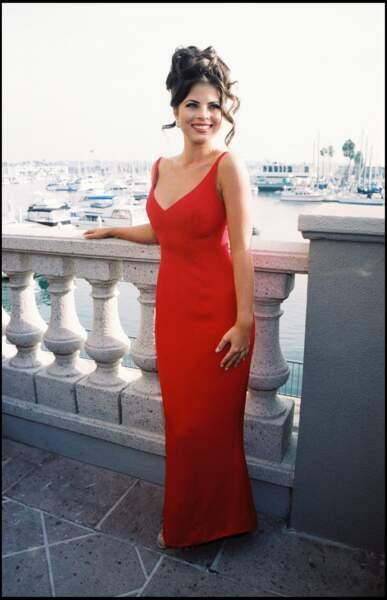 Yasmine Bleeth prend la pose devant les photographes, à Los Angeles, le 24 octobre 1994