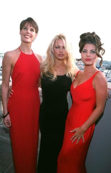 Alexandra Paul, Pamela Anderson et Yasmine Bleeth irrésistibles pour fêter le centième épisode d'Alerte à Malibu, à Los Angeles, le 24 octobre 1994