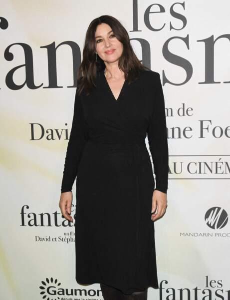 """Monica Bellucci à l'avant-première du film """"Les fantasmes"""", sublime en robe noire et cheveux détachés"""