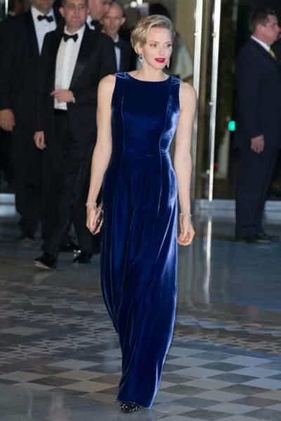 15 Novembre 2013 : Charlene de Monaco en robe en velours bleue pour le gala Monaco Against Autism