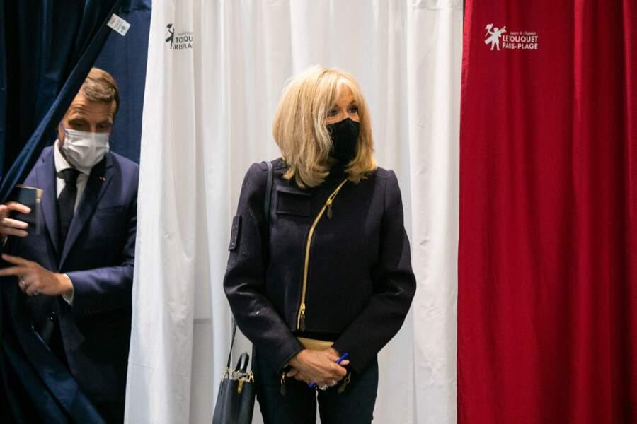Brigitte Macron est très stylée pour voter au palais des Congres auTouquet.