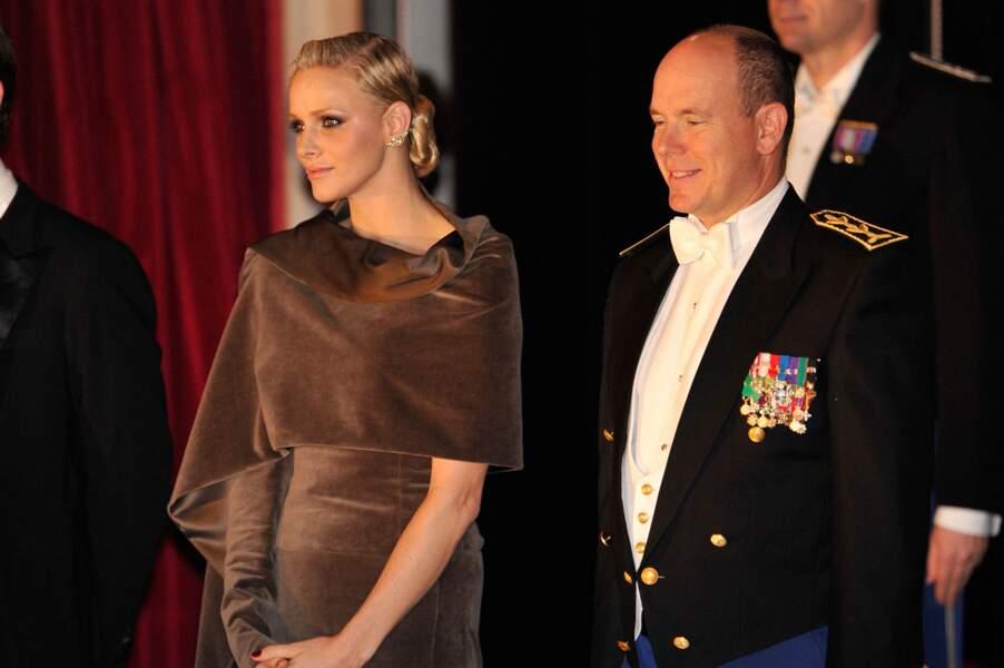 19 novembre 2011 : Charlene en robe cape et chignon torsadé, lors de la fête nationale monégasque