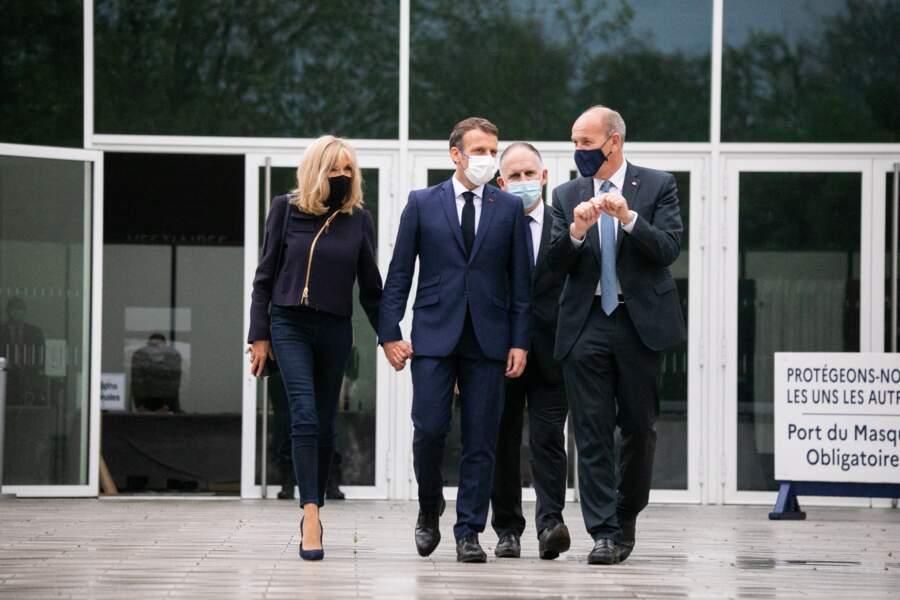 Le président de la république Emmanuel Macron, sa femme Brigitte Macron et Daniel Fasquelle, maire du Touquet Paris Plage sortent du bureau de vote, dimanche 27 juin.