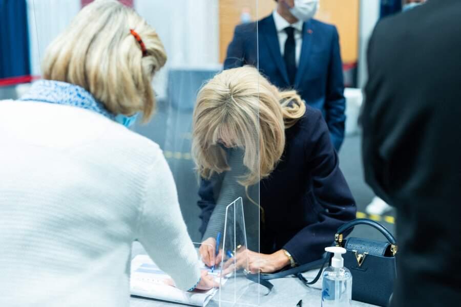 La première dame Brigitte Macron vient de voter pour le second tour des élections régionales et départementales au palais des Congres au Touquet le 27 juin 2021.