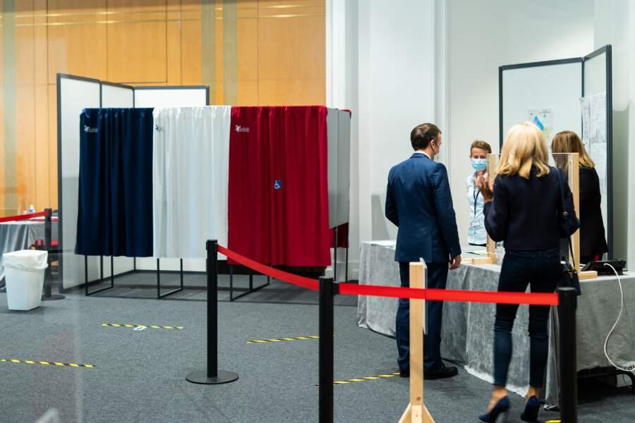 Le président de la république Emmanuel Macron, sa femme Brigitte Macron rentrent ensemble dans le bureau de vote.