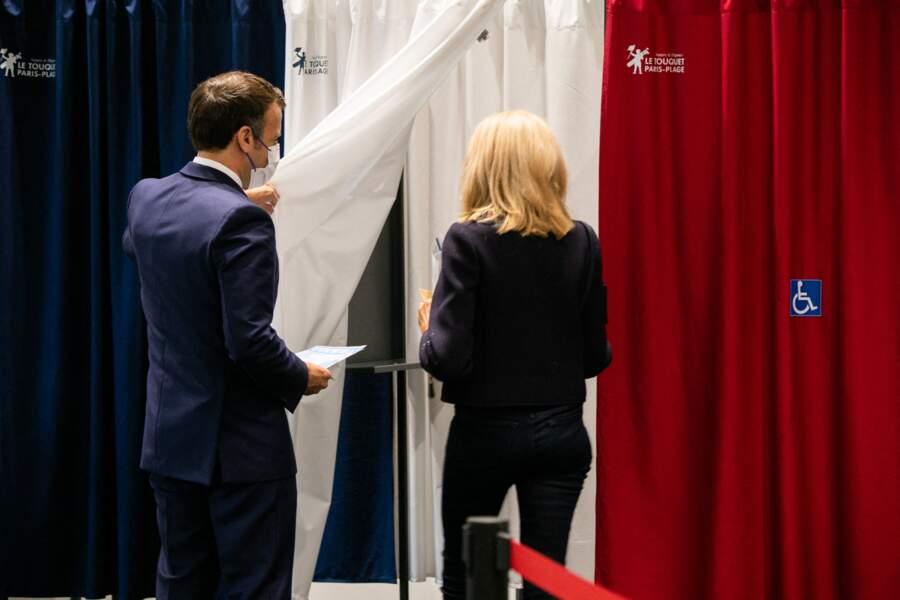Emmanuel Macron et sa femme Brigitte Macron ont voté ensemble au palais des Congres au Touquet le 27 juin 2021.