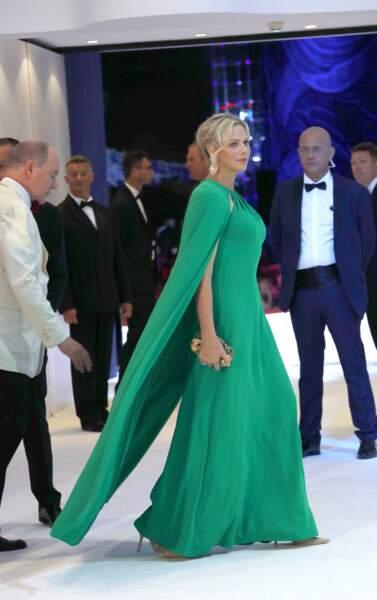 26 juillet 2019 : Charlene assiste au gala de la Croix-Rouge dans une somptueuse robe cape