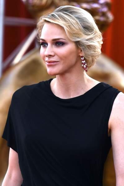 13 juin 2015 : le look sobre de Charlene de Monaco sublimé par ses boucles d'oreilles en diamants et rubis