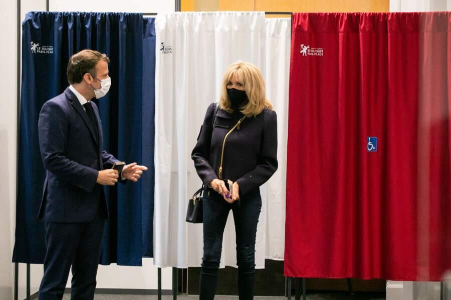 Si Emmanuel Macron porte un costume-cravate pour l'occasion, Brigitte Macron a opté pour un jean et une veste branchée.