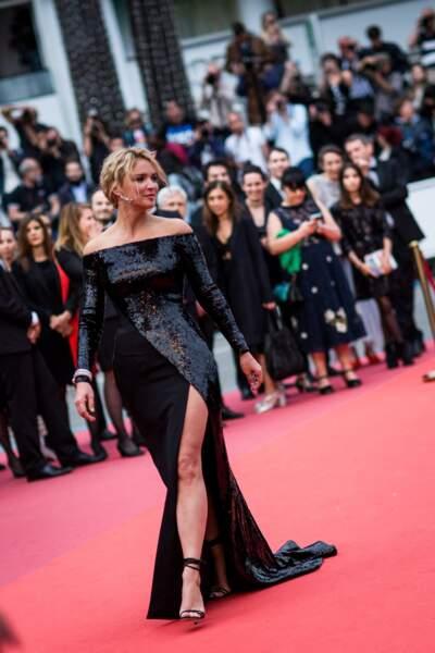 Virginie Efira en 2019 au Festival de Cannes : elle fait sensation dans une robe strassée et fendue haut sur sa jambe.