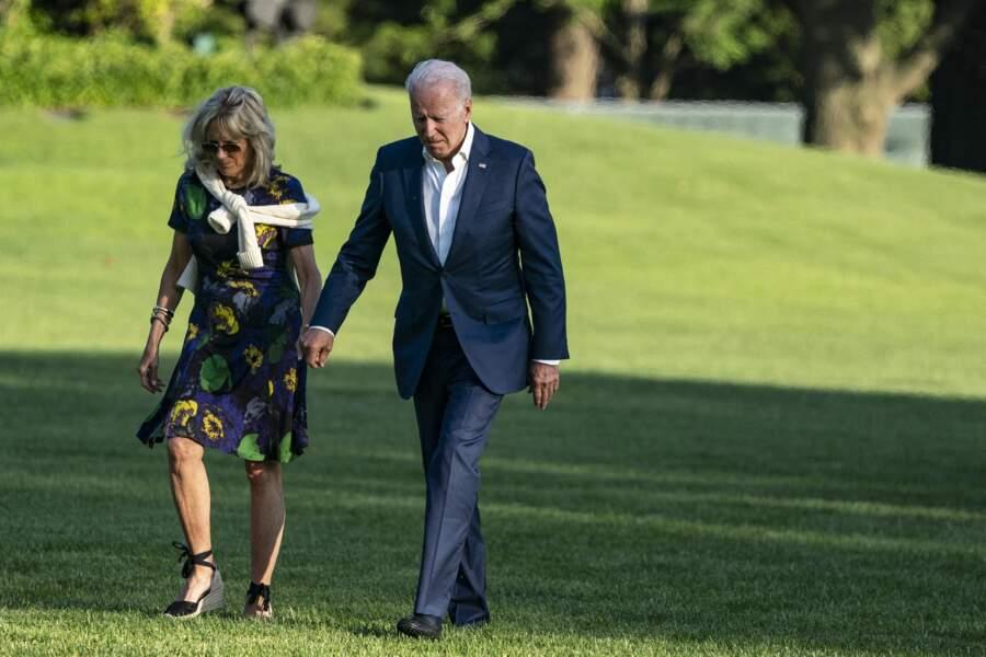Jill Biden avec le combo estival : une robe imprimée, des lunettes de soleil et des espadrilles compensées.