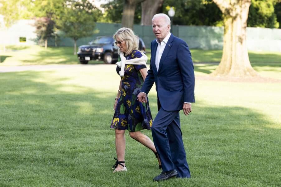 Jill Biden porte le même style d'espadrilles que Meghan Markle et Kate Middleton.