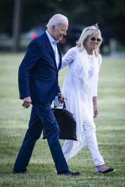 Jill Biden en total look blanc, porte une paire d'espadrilles compensées noires pour la première fois de la saison, à la Maison Blanche le 23 mai 2021.