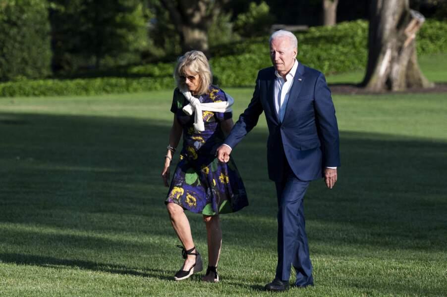 Jill Biden s'illustre avec une paire d'espadrilles noires compensées et à lacets, à la Maison Blanche, le 27 juin 2021.