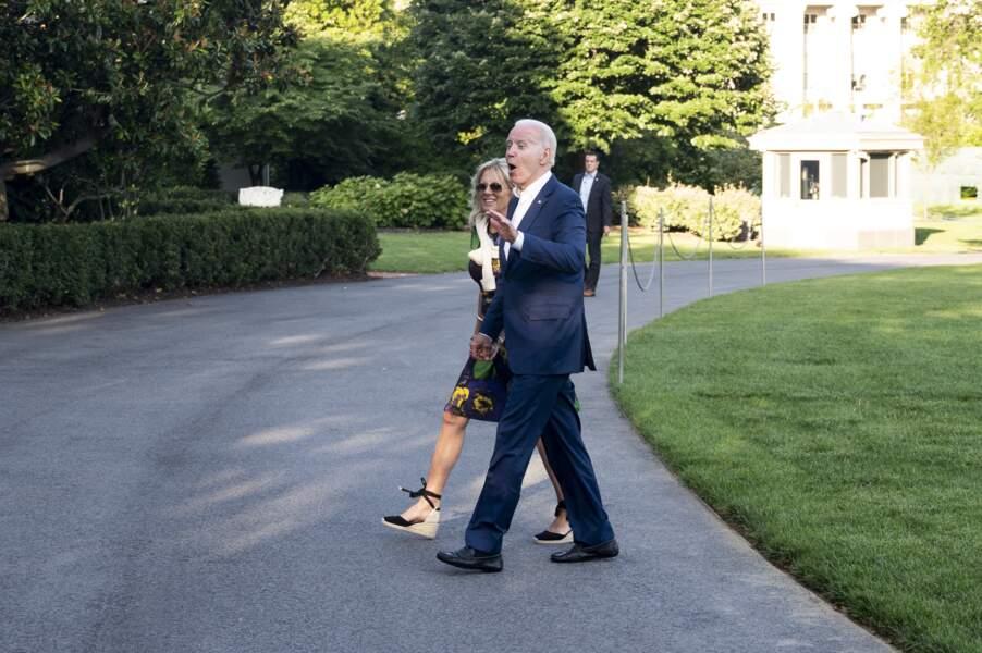 Jill Biden porte une paire d'espadrilles noires, lacées sur la cheville, le 27 juin 2021.