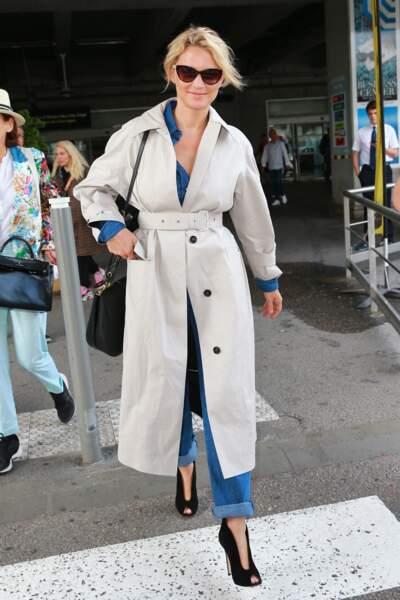 Virginie Efira en 2019 : même à l'aéroport de Cannes, elle assure en trench et une paire d'escarpins incroyable.